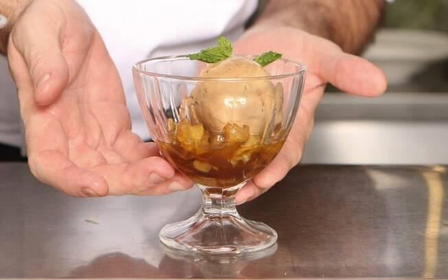 A maçã flambada com rum e sorvete é chique e fica pronta em minutos