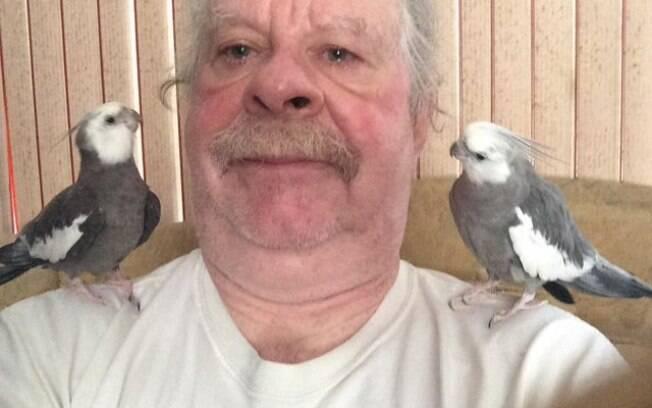 Homem que perdeu a esposa encontra paz cuidando de seus pássaros