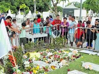 Peregrinação. Túmulo de Eduardo Campos foi visitado por populares durante todo o dia de ontem