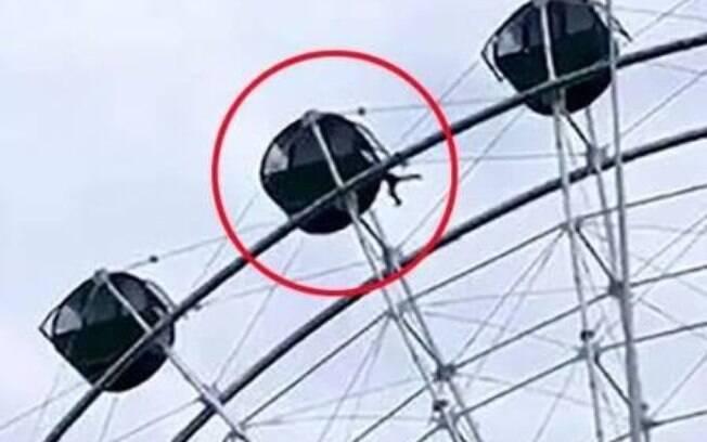 Perigo em parque de diversões gera alerta:  menino ficou pendurado pelo pescoço ao subir sozinho em brinquedo