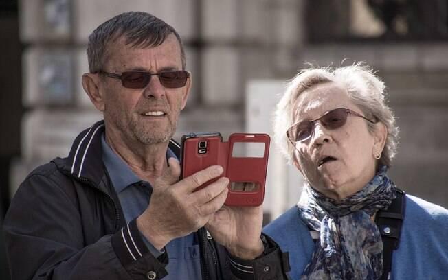 idosos usando o celular