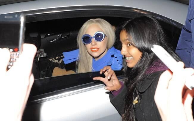 Lady Gaga parou para conversar com fãs na porta do hotel em Londres