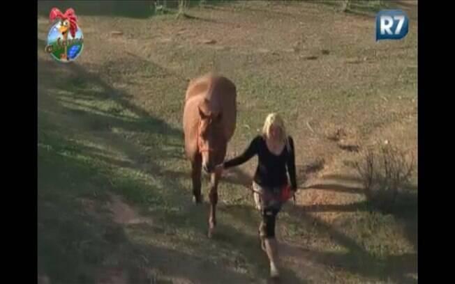 Depois de algumas semanas, Monique volta a cuidar dos cavalos