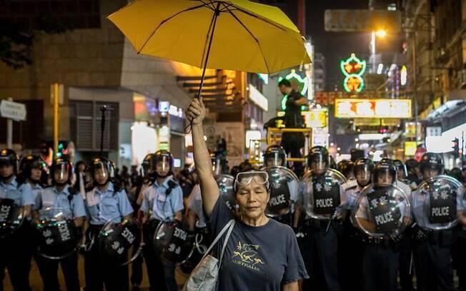 Manifestantes utilizam guarda-chuvas, assim como em 2014, para se proteger da repressão policial