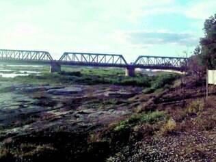 Falta d'água. Sob a histórica ponte Marechal Hermes, São Francisco seca e deixa à mostra pedras do leito do rio em Pirapora