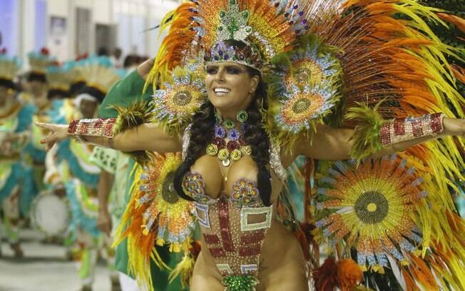 Jaqueline Maia, rainha de bateria da Acadêmicos de Santa Cruz, usou uma fantasia bem ousada. Foto: Daniel Pinheiro /AgNews