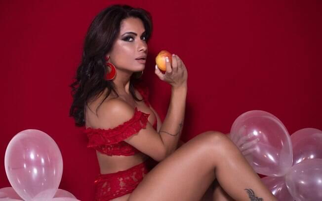 Dani Sperle em ensaio sensual para o Dia dos Namorados