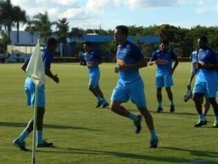 Jogadores do Cruzeiro, já incluindo o atacante Leandro Damião (centro), fizeram corrida leve no campo