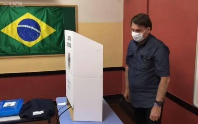 Presidente Jair Bolsonaro vota na zona oeste do Rio de Janeiro