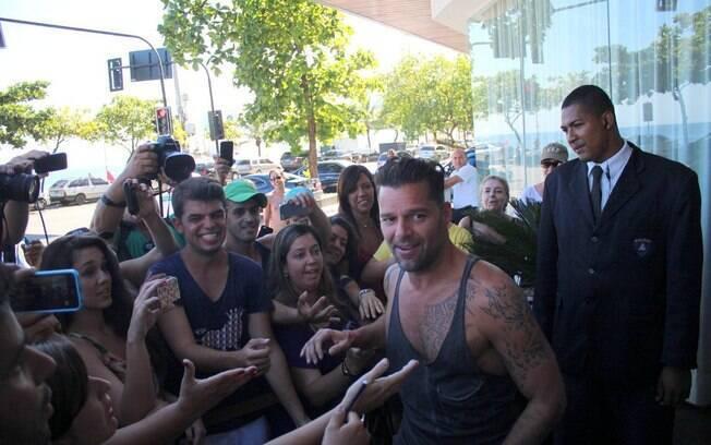 Pela manhã, o cantor Ricky Martin atendeu fãs na porta do seu hotel em Ipanema