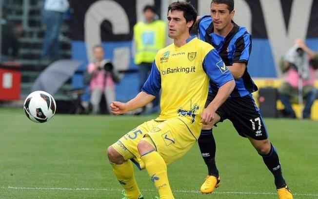 Carmona, da Atalanta (à dir.) tenta roubar a  bola de Vaeck, do Chievo, pela última rodada do  Italiano. O jogo terminou 2 a 2