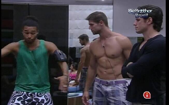 Jonas conversa com Daniel e João Maurício na sala sobre a prova de hoje
