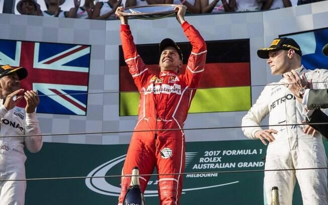 Sebastian Vettel recebe o troféu de vencedor do GP da Austrália, que abriu o calendário de 2017 da Fórmula 1