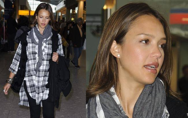 Jessica Alba no aeroporto de Heathrow, em Londres