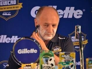 De rosto quase liso, Felipão faz a barba, mas não toca no bigode