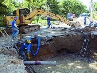 Um grande buraco foi aberto por trabalhadores a serviço da Copasa
