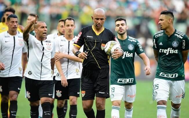 Presidente do Palmeiras reclamou da arbitragem, que anulou o pênalti no clássico