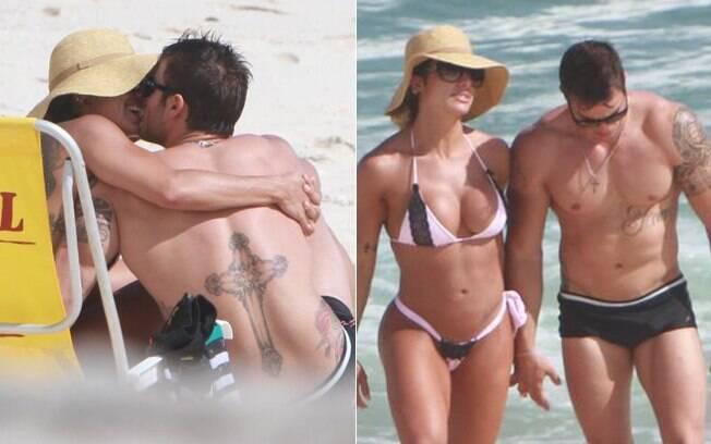 Jaque Khury e o namoradose beijam na praia