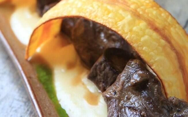 A carne de bode deve marinar por 12 horas antes de ser preparada
