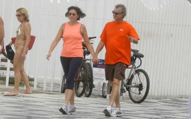 Lília Cabral caminha com o marido pela orla do Leblon