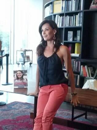 Carolina Ferraz lança livro em São Paulo