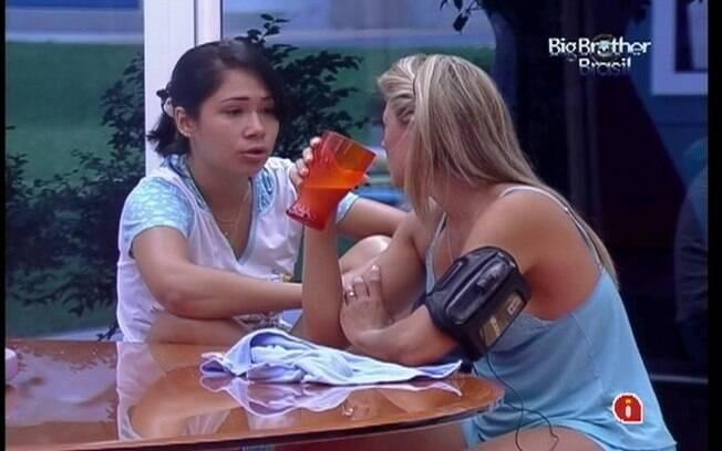 Jakeline conta para Fabiana que está apreensiva. A loira aconselha a baiana a se aproximar mais dos brothers