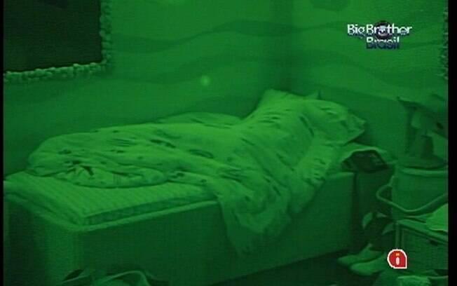 Sozinhos na casa, Fabiana e Fael dormem