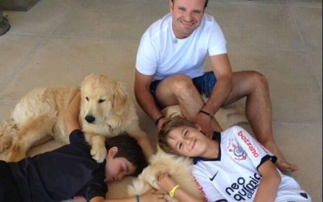 Rubens Barrichello, os filhos e os bichos de  estimação na casa do piloto
