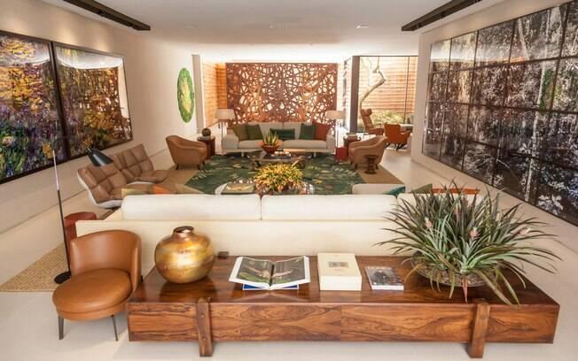 O arquiteto Roberto Migotto criou uma área de 300 m² repleta de materiais e móveis nacionais. Com parede de pau a pique, o ambiente ganhou tapete desenhado por ele e produzido no Nepal