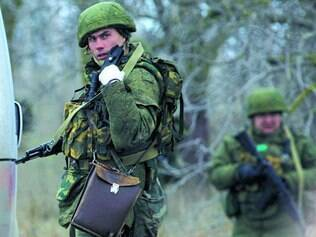 Ocupação. Nesta sexta, soldados russos e soldados não identificados chegaram a Crimeia e começaram a patrulhar áreas da região ucraniana