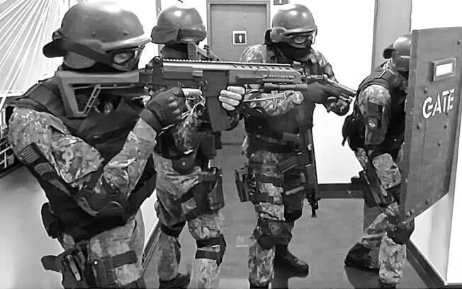 Unidade de Invasão Tática segundos antes de invadir a área com dois criminosos armados, com uma bomba e reféns. Os armamentos que os Policiais do GATE usam são diferentes em função do papel específico que cada PM irá desempenhar