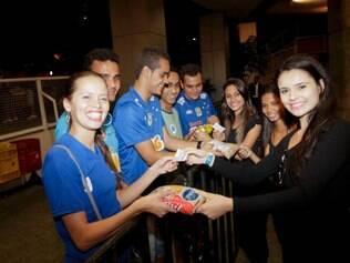 Torcedores do Cruzeiro vão ao Chevrolet Hall para assistir ao jogo contra o Atlético