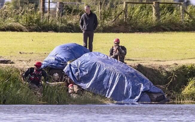 Carro foi encontrado em rio