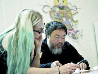 Na China. Cheryl Haines fez visitas pessoais ao artista em Pequim para definir alguns detalhes da mostra