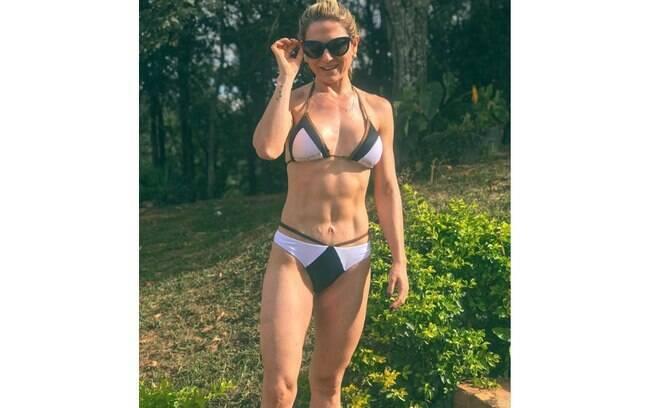 Mãe de Lucas Lucco ostenta barriga sarada em foto de biquíni e ganha elogios