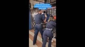 Rapaz exige que policial ponha máscara e é expulso