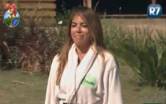 Raquel Pacheco vai de roupão para a sessão de massagem