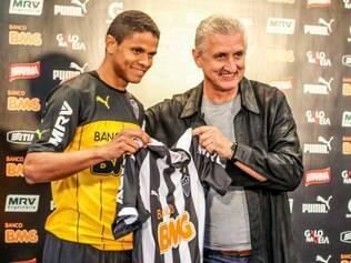 Lateral-esquerdo Douglas Santos chega ao Atlético por empréstimo de um ano.