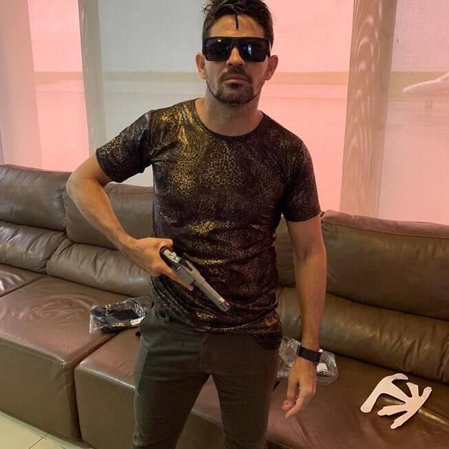 Weliton Costa posa com armas no Instagram