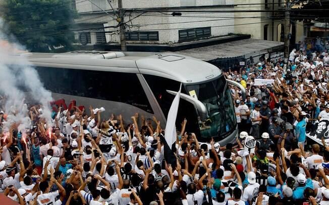 Torcedores do Santos saúdam a chegada do  ônibus da equipe na Vila Belmiro