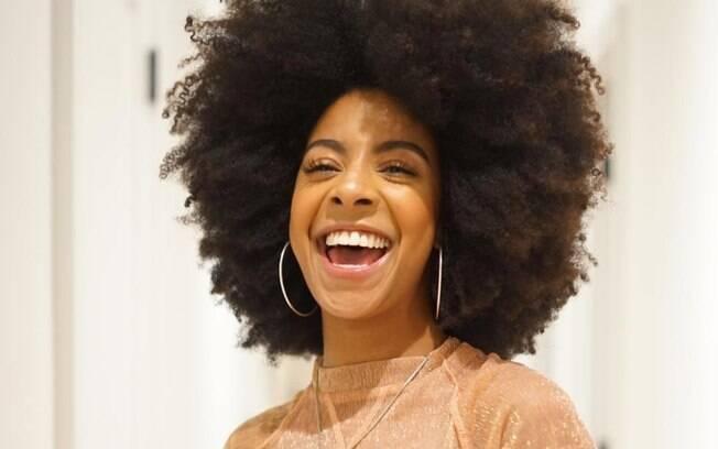 A dica é lavar o cabelo black power a cada dois dias, manter uma frequência de hidratação e usar ativadores de cachos