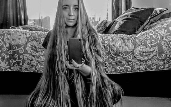 Britânica de 32 anos é apelidada de Rapunzel e não corta o cabelo há 2 anos