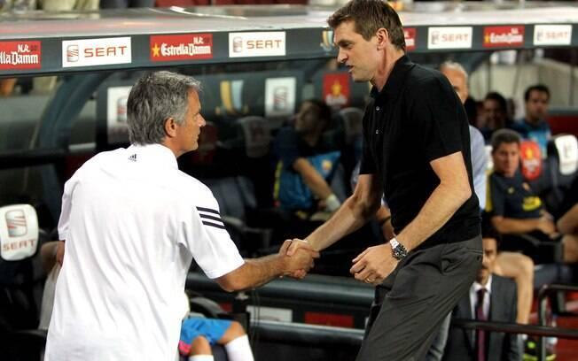 Antigos desafetos, técnicos José Mourinho, do  Real, e Tito Vilanova, do Barcelona, se  cumprimentam antes do clássico