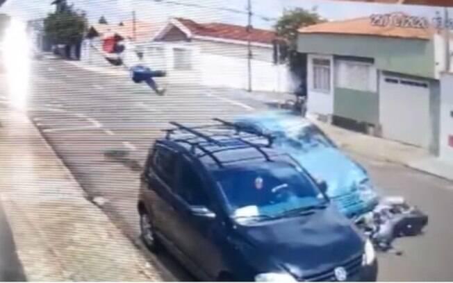 Imagens de uma câmera de segurança registraram o momento do acidente