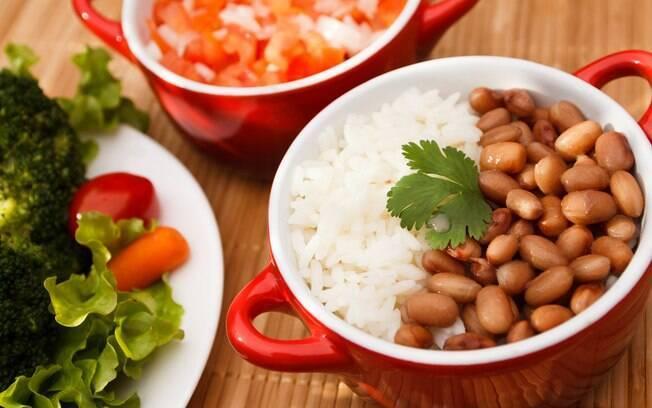 Já que são alimentos complementares, o clássico arroz com feijão pode ser consumido moderadamente sem preocupações