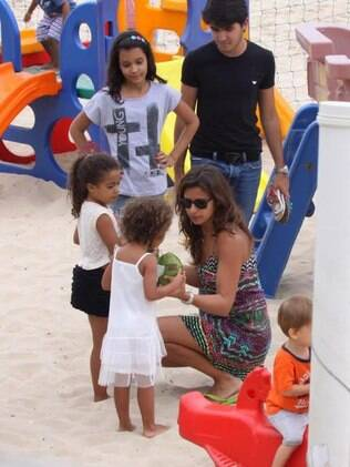 Paula Morais e Maria Alice, caçula de Ronaldo: pausa para água de coco