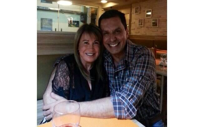Zilu Camargo compartilhou uma foto em que aparece abraçada a um homem