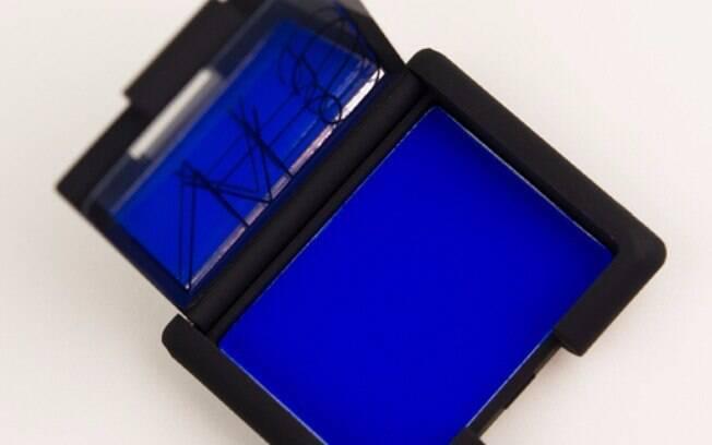 Sombra azul ou colorida não precisa ser usada apenas no Carnaval, basta seguir algumas dicas para não pesar na maquiagem