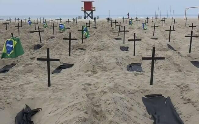 A ONG Rio da Paz abriu covas na areia de Copacabana para representar os mortos pela Covid-19 no Brasil