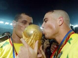 Rivaldo e Ronaldo beijam taça mais cobiçada do futebol mundial após o pentacampeonato conquistado na Coreia do Sul e Japão
